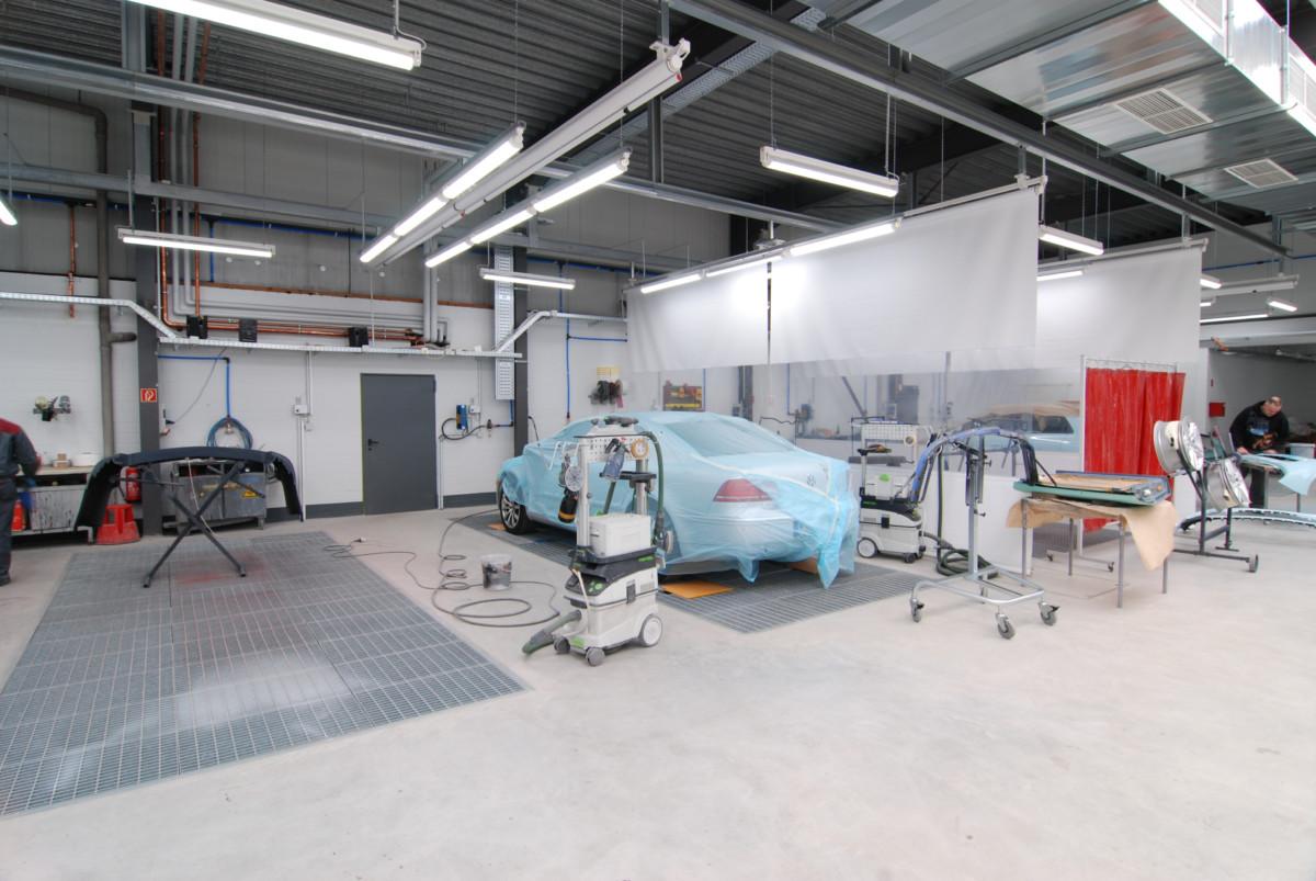 Foto der Autolackiererei-Halle von Hofer Karosserie & Lack GmbH in Kiel Kronshagen